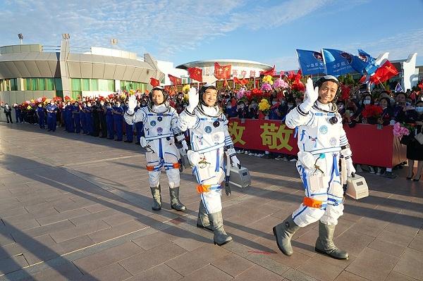 三名宇航员